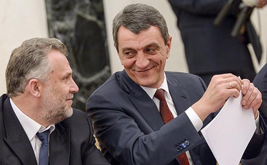 Экс-спикер Алексей Чалый (слева), и губернаторСевастополяСергей Меняйло.18 марта 2015 года