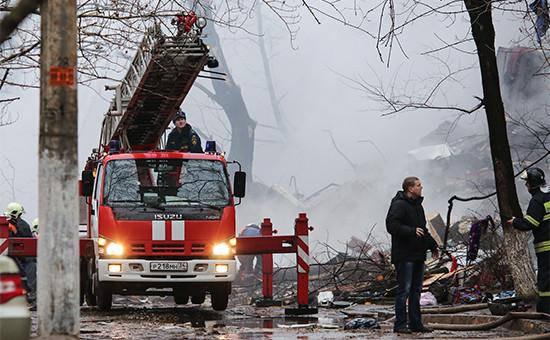 Сотрудники МЧС РФ у разрушенного врезультатевзрыва бытового газа многоэтажного дома поулице Космонавтов вВолгограде