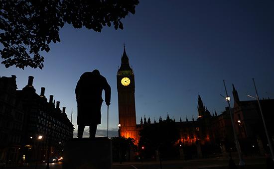 CтатуяУинстона Черчилля и здание парламентав Вестминстере, Лондон