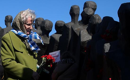 Участница общественной акции, посвященной Международному дню освобождения узников нацистских концлагерей