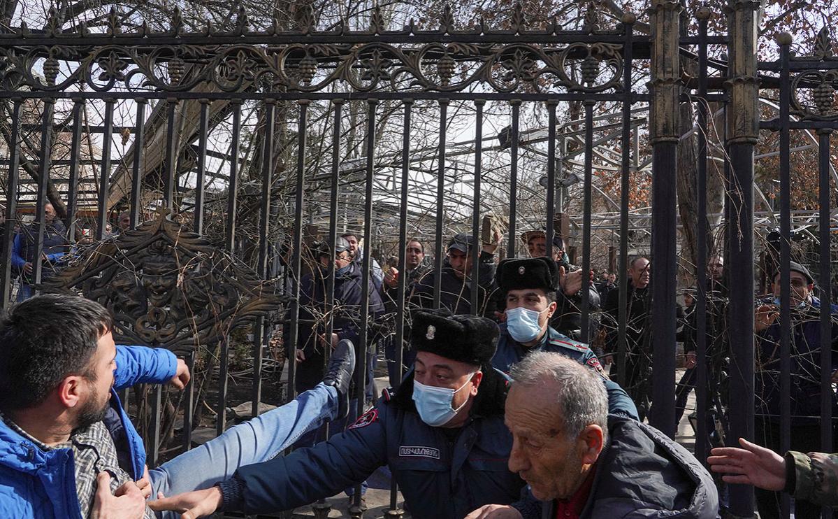 Участники во время митинга оппозиции в Ереване, Армения