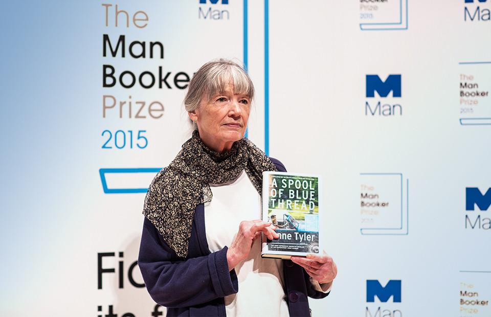 Энн Тайлер, автор романа «Катушка синих ниток», на фотосессии для Букеровской премии 2015 г.