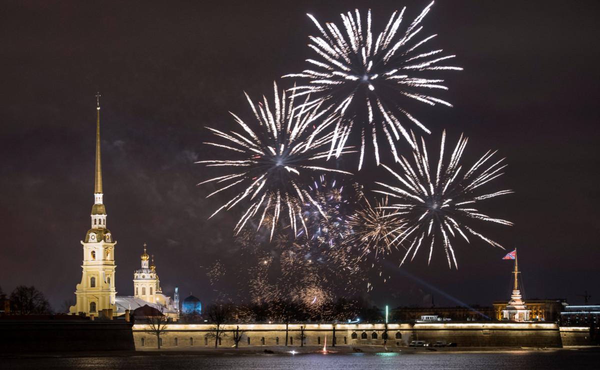 Праздничный салют над Петропавловской крепостью в Санкт-Петербурге