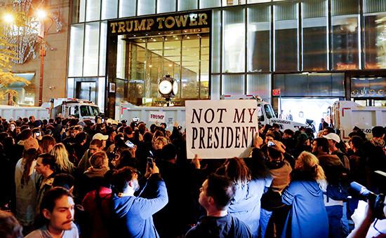 Протестующие у здания Трамп-тауэр наПятой авеню вНью-Йорке