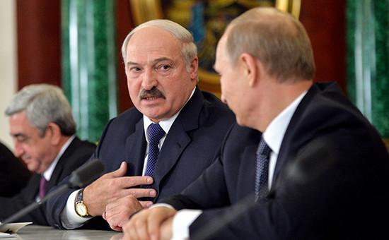 Президент России Владимир Путин, президент Белоруссии Александр Лукашенко и президент Армении Серж Саргсян (справа налево) на совместной пресс-конференции по итогам заседания Высшего Евразийского экономического совета