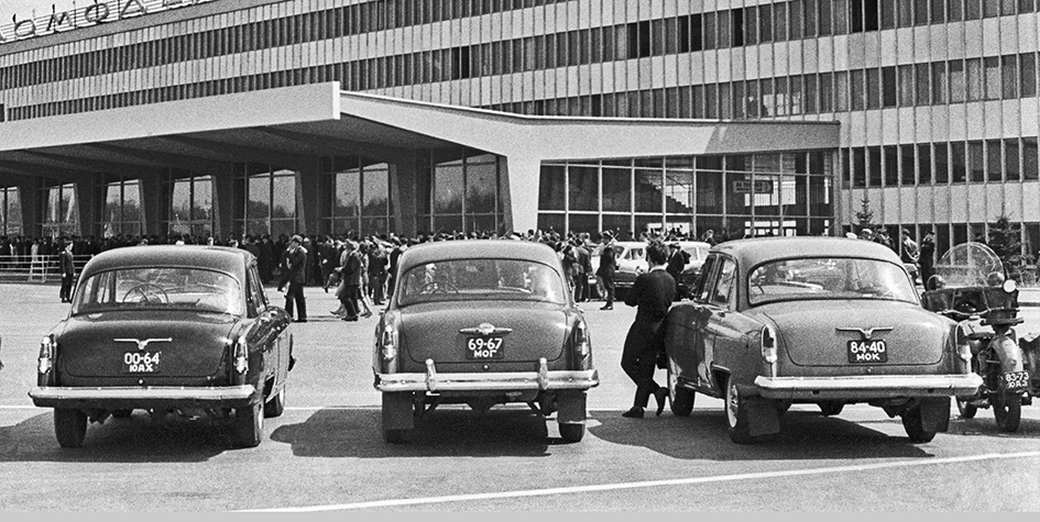 У здания аэропорта Домодедово. 1965 год