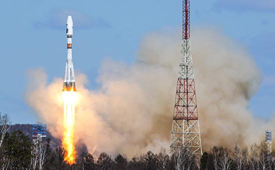 Ракета-носитель «Союз-2.1а» сроссийскими космическими аппаратами «Ломоносов», «Аист-2Д» иSamSat-218 вовремя запуска состартового комплекса космодрома Восточный