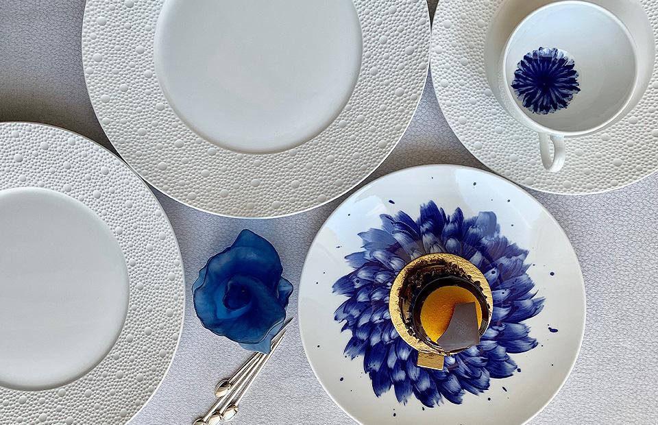 Десерт Gateau chocolat Fouquet's. Сет из тарелок Ecume, тарелка In Bloom, все — Bernardaud. Фигура Arum blue nuit, Daum. Шпажки Mood Party, Christofle
