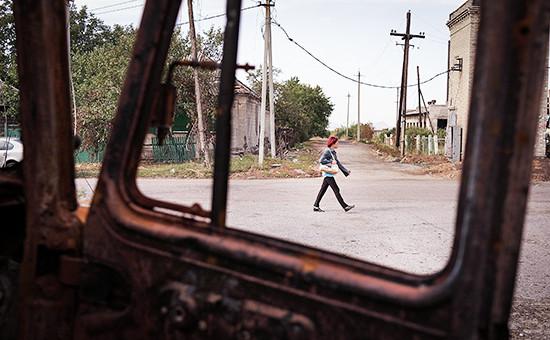 Женщина на улице Иловайска, Украина