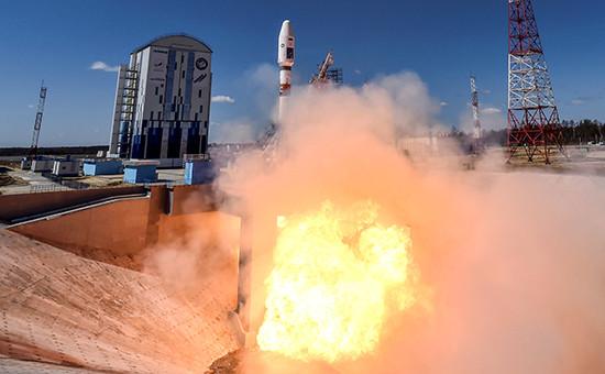 Ракета-носитель «Союз-2.1а» сроссийскими космическими аппаратами «Ломоносов», «Аист-2Д» иSamSat-218 вовремя запуска состартового комплекса космодрома Восточный,28 апреля 2016 года