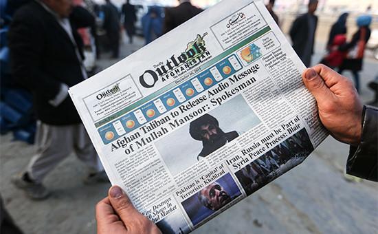Газета с фотографиейлидера афганского движения «Талибан» (запрещено в России) Ахтара Мансура