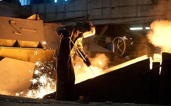На территории производственного цеха Новолипецкого металлургического комбината