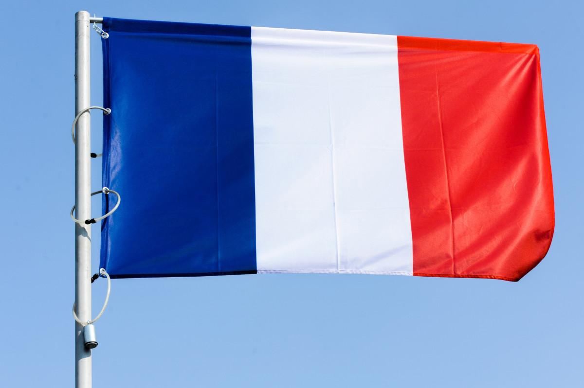 Флаги, напоминающие французские, появились в городе ХМАО к 9 Мая