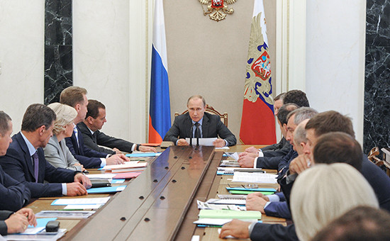 Президент России Владимир Путин во время совещания с членами правительства РФ в Кремле