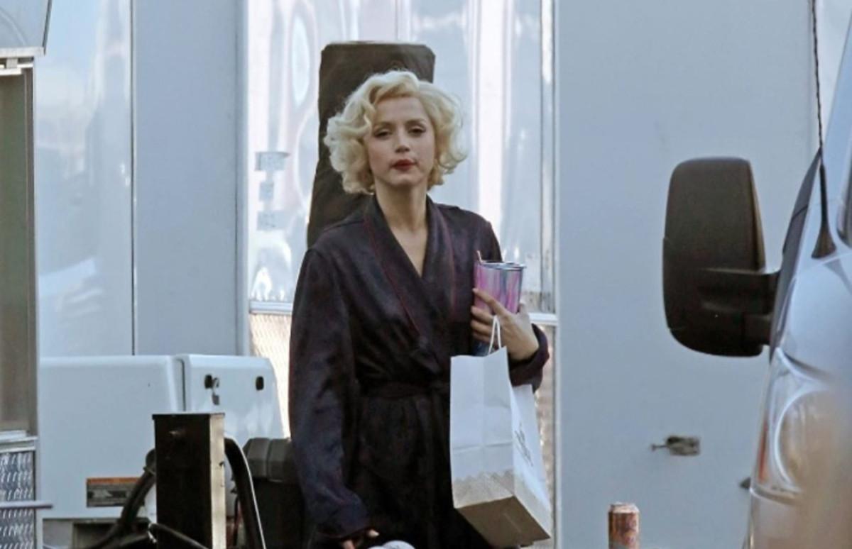 Ана де Армас на съемках фильма «Блондинка»