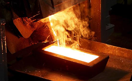 Переплавка золота в одном из цехов завода Polyus Gold в Красноярском крае