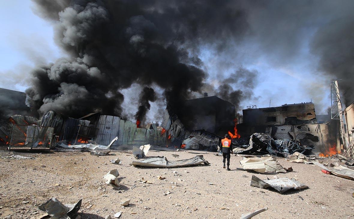 Палестинские пожарные тушат огромный пожар послеизраильского авиаудара