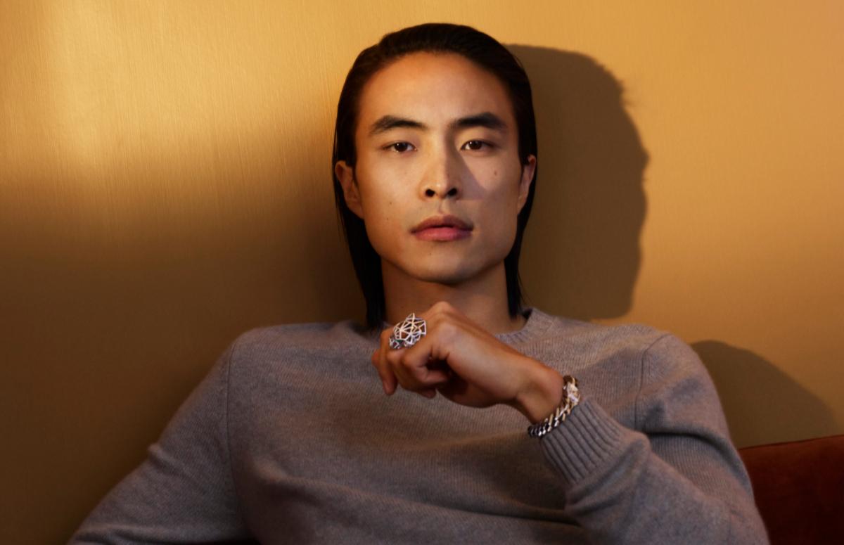 Виктор Джин в часах Maillon и украшениях Cartier