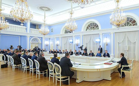 Премьер-министр России Дмитрий Медведев (справа) врезиденции «Горки» назаседании правительства офедеральном бюджете ибюджетах государственных внебюджетных фондов