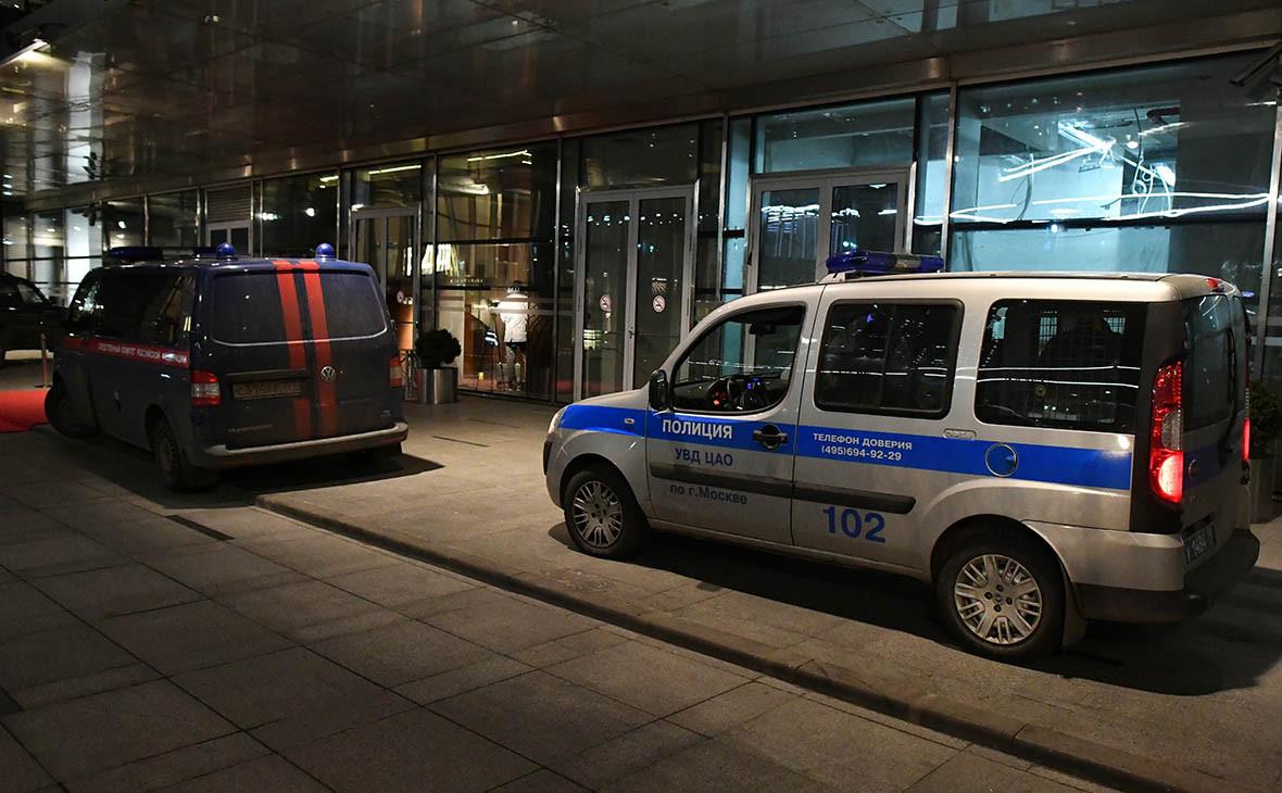 Автомобили полиции и следственного комитета неподалеку от места драки со стрельбой рядом с комплексом «Москва-сити» в Москве