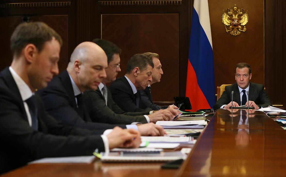 Дмитрий Медведев (справа)