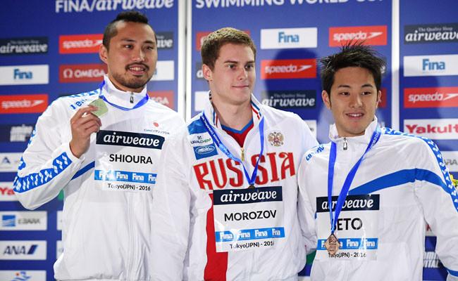 Победитель этапа Кубка мира вТокио Владимир Морозов (в центре) сдвумя японскими пловцами—Синри Сиоурой (слева) иДайя Сето.