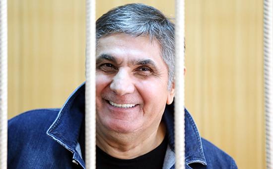 Захарий Калашов, известный такжекак Шакро Молодой, обвиняемый ввымогательстве 8 млнруб. у владельца одного изстоличных ресторанов, вовремя рассмотрения ходатайства опродлении срока ареста вТверском суде, 9 августа 2016 года