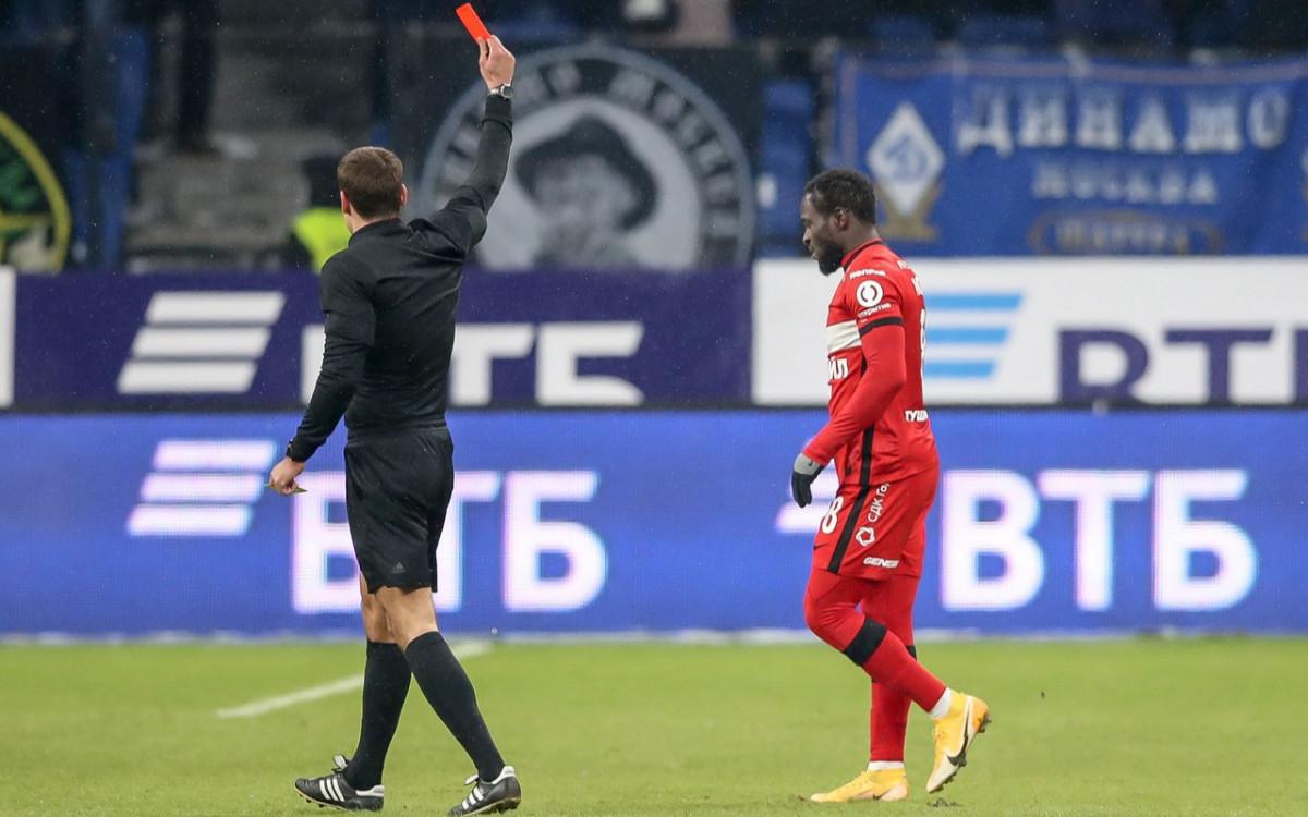 Судья Кирилл Левников (слева) показывает красную карточку Виктору Мозесу в матче Кубка России против «Динамо»