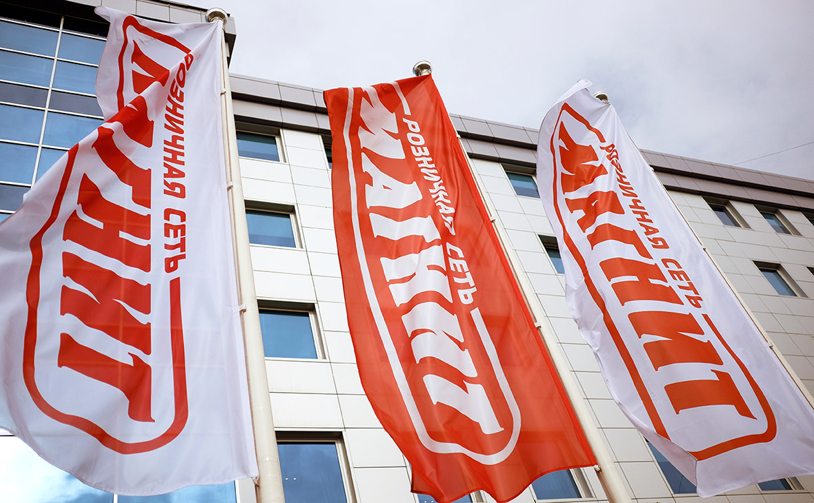 Корпоративные флаги перед головным офисом сети магазинов «Магнит»