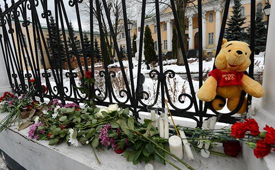 Цветы и свечи у ограды посольства Армении в Москве, принесенные жителями города в связи с трагедией в Гюмри