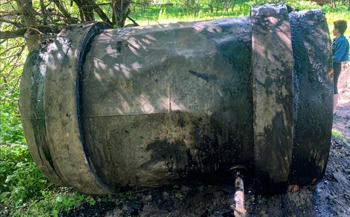 Бочка с мазутом у берега рекиПеретна