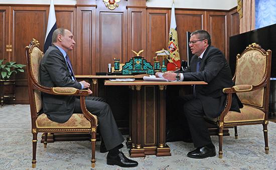 Президент России Владимир Путин и министр экономического развития РФ Алексей Улюкаев во время встречи в Кремле