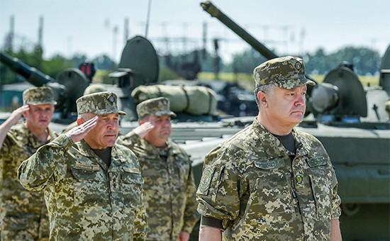 Президент Украины Петр Порошенко (первый справа)
