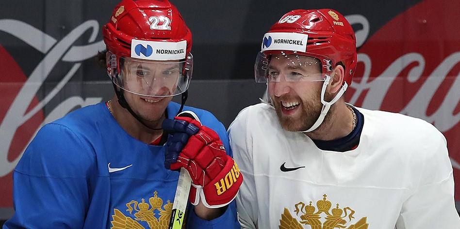Хоккеисты сборной России Никита Зайцев (слева) и Никита Нестеров
