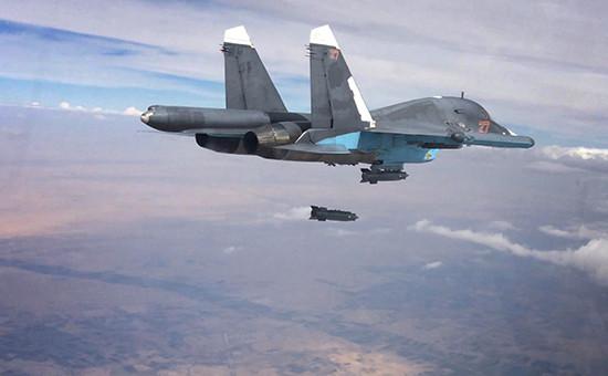 Российский многофункциональный истребитель-бомбардировщик Су-34 во время нанесения авиационного удара. Архивное фото