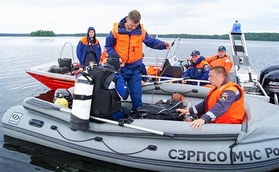 Спасатели во время поисковых работ на Сямозере. 21 июня 2016 года