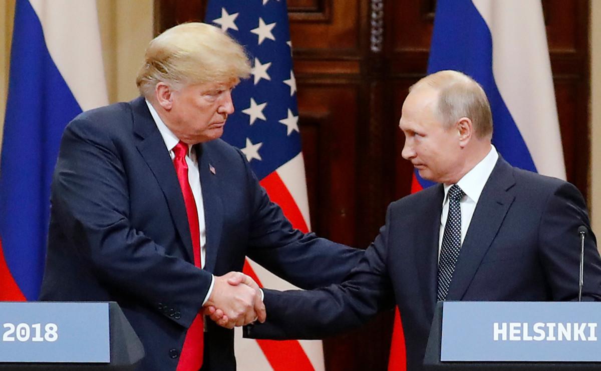 Президенты Дональд Трамп и Владимир Путин на саммите в Хельсинки