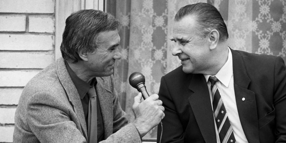 Лев Яшин (справа) дает интервью Владимиру Маслаченко