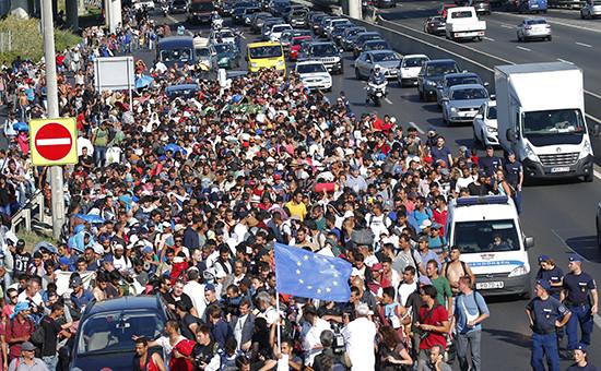 Мигранты по пути из Будапешта в Австрию