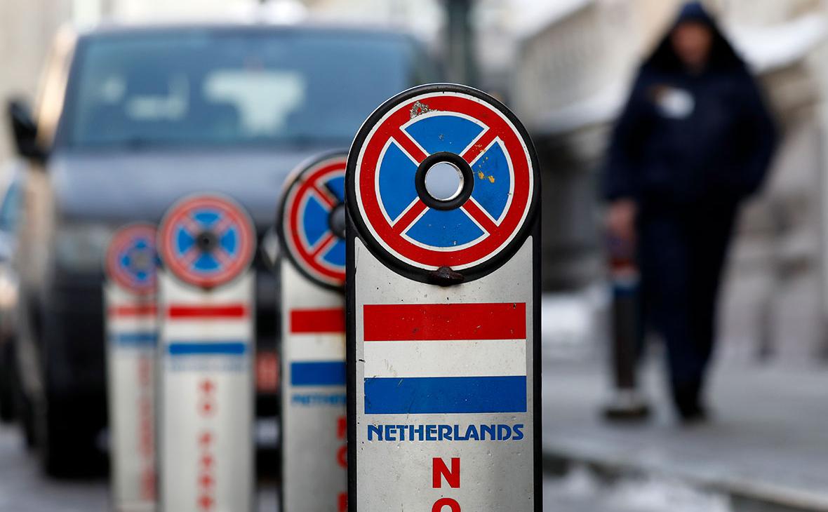 Дорожные знаки у здания посольства Нидерландов в России в Калашном переулке