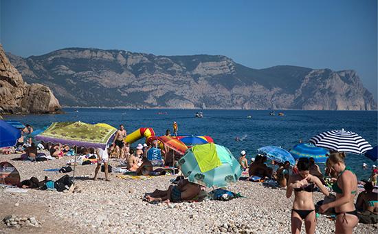 Отдыхающие на пляже в Балаклаве, Крым