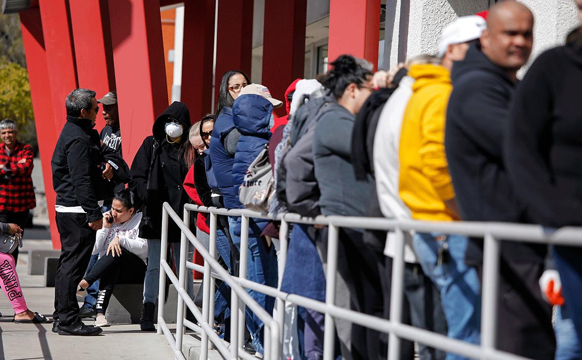 Люди ожидают помощи в получении пособий по безработице в Лас-Вегасе