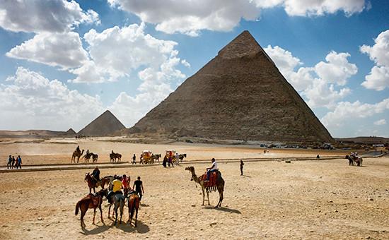 Туристы у пирамид около Каира, Египет