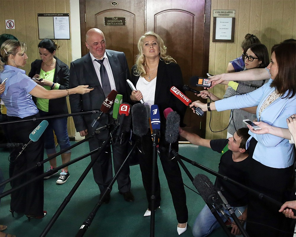 Евгения Васильева и ее адвокат Хасан-али Бороков ( в центре) после слушания уголовного дела