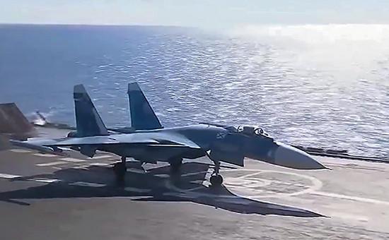 Истребитель Су-33 напалубе тяжелого авианесущего крейсера «Адмирал Кузнецов». 17 ноября 2016 года