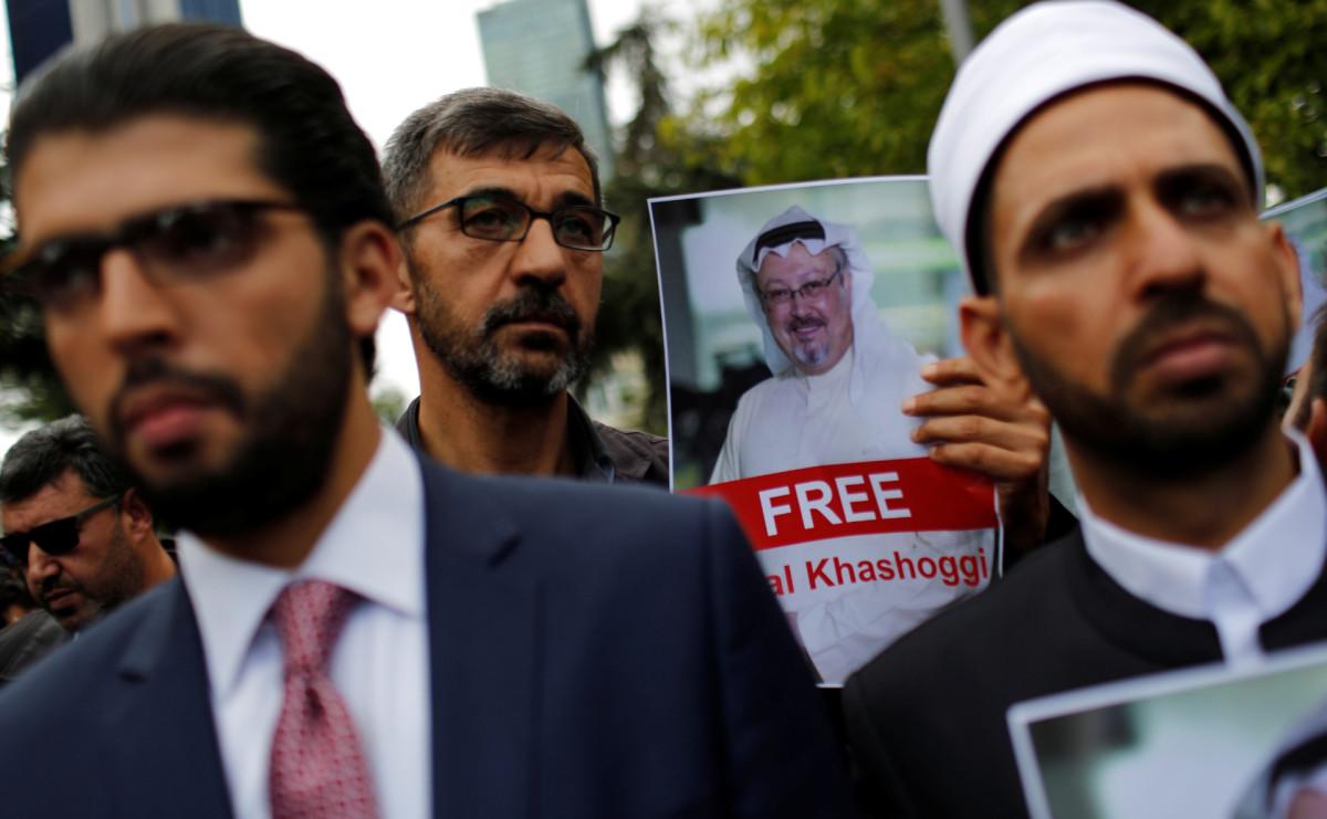 Правозащитники и друзьяДжамаля Хашкаджи у консульства Саудовской Аравии в Стамбуле
