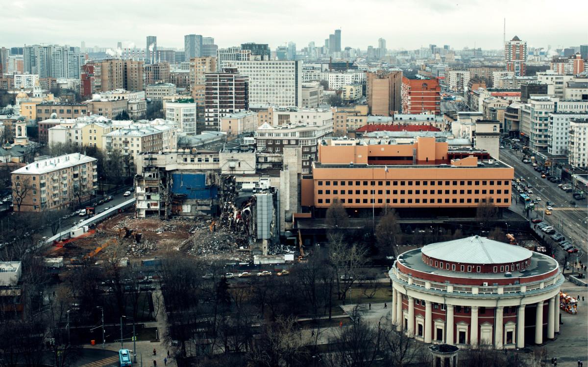 Вид на демонтаж фасада здания во время работ по сносу киноцентра «Соловей» на Красной Пресне