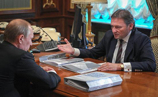 Президент России Владимир Путин и уполномоченный при президенте РФ по защите прав предпринимателей Борис Титов (слева направо)
