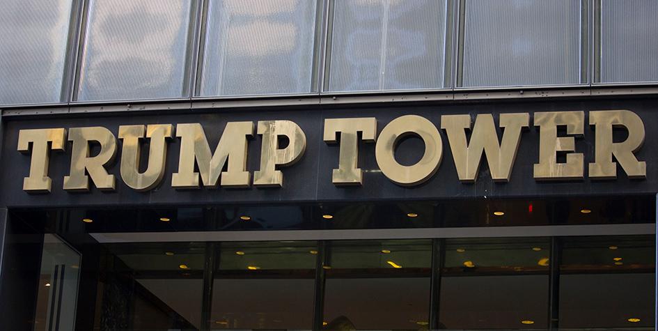 Вывеска Trump Tower в Нью-Йорке