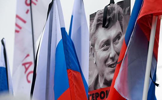 Плакаты и флаги участников траурного марша в Москве в память о политике Борисе Немцове, март 2015 года